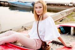 Mädchen, das im Boot aufwirft Lizenzfreie Stockfotografie