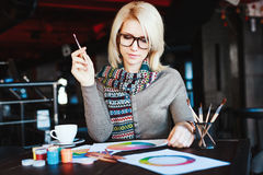 Mädchen, das im Café mit Tasse Kaffee und dem Zeichnen sitzt Stockfotos