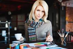 Mädchen, das im Café mit Tasse Kaffee und dem Zeichnen sitzt Lizenzfreies Stockbild