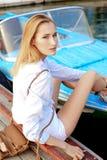 Mädchen, das im Dock auf dem Boot aufwirft Lizenzfreie Stockfotos