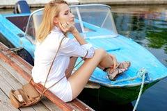 Mädchen, das im Dock auf dem Boot aufwirft Lizenzfreie Stockfotografie