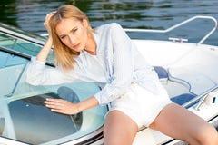 Mädchen, das im Dock auf dem Boot aufwirft Stockbilder