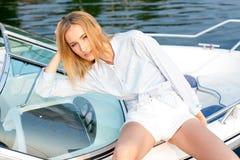 Mädchen, das im Dock auf dem Boot aufwirft Stockfotografie