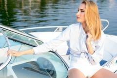 Mädchen, das im Dock auf dem Boot aufwirft Stockfotos