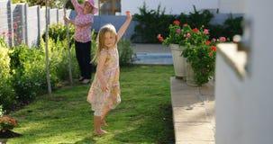 Mädchen, das im Garten 4k spielt stock video