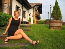 Mädchen, das im Garten sitzt Lizenzfreie Stockfotos
