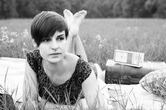 Mädchen, das im Gras liegt lizenzfreies stockbild