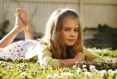 Mädchen, das im Gras liegt Lizenzfreie Stockfotografie