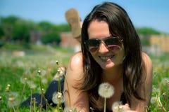 Mädchen, das im Gras niederlegt Lizenzfreies Stockfoto