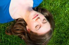 Mädchen, das im Gras sich entspannt Lizenzfreies Stockbild