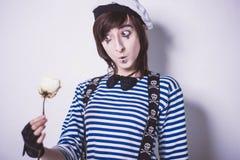 Mädchen, das, im Make-up, Pantomimen aufwirft lizenzfreies stockbild