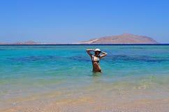 Mädchen, das im Meer aufwirft Lizenzfreie Stockfotografie