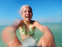 Mädchen, das im Meer spritzt Lizenzfreie Stockfotografie