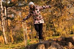 Mädchen, das im Park spielt Lizenzfreie Stockfotografie
