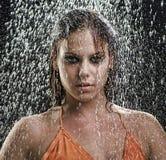 Mädchen, das im Regen aufwirft Stockfotografie