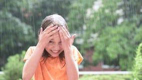 Mädchen, das im Regen spielt stock video footage