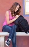 Mädchen, das im Rucksack schaut Lizenzfreie Stockfotos