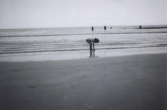 Mädchen, das im Sand spielt Lizenzfreies Stockfoto