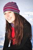 Mädchen, das im Schnee lächelt Stockfoto