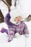 Mädchen, das im Schnee liegt Stockfotos