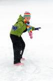 Mädchen, das im Schnee spielt lizenzfreie stockfotografie