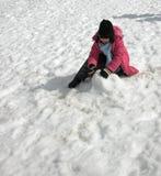 Mädchen, das im Schnee spielt Lizenzfreie Stockfotos