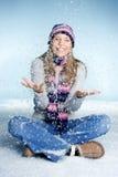 Mädchen, das im Schnee spielt lizenzfreie stockbilder