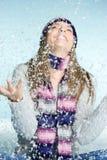 Mädchen, das im Schnee spielt stockfoto
