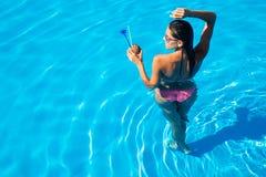 Mädchen, das im Schwimmenpool steht Stockfotografie