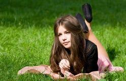 Mädchen, das im Thpark liegt Lizenzfreies Stockfoto