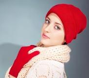 Mädchen, das im warmen Hut trägt stockfotos