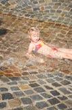 Mädchen, das im Wasser liegt Lizenzfreie Stockfotos