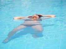 Mädchen, das im Wasser sich entspannt Lizenzfreies Stockbild