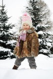 Mädchen, das im Winter lächelt Stockbilder