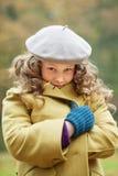 Mädchen, das im Wintermantel einwickelt Stockfotos