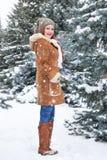 Mädchen, das im Winterpark am Tag aufwirft E Rothaarigefrau in voller Länge Lizenzfreies Stockfoto
