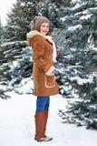 Mädchen, das im Winterpark am Tag aufwirft E Rothaarigefrau in voller Länge Lizenzfreie Stockfotos