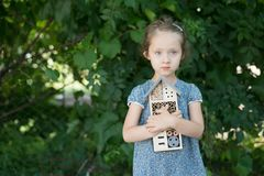 Mädchen, das Insektenhotel hält lizenzfreies stockfoto