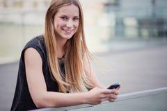 Mädchen, das intelligentes Telefon verwendet Stockbilder