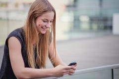 Mädchen, das intelligentes Telefon verwendet Lizenzfreie Stockbilder