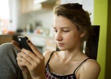 Mädchen, das intelligentes Telefon verwendet Lizenzfreies Stockfoto