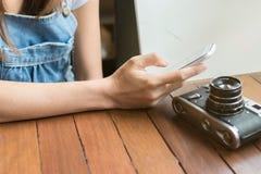 Mädchen, das intelligentes Telefon verwendet Stockbild