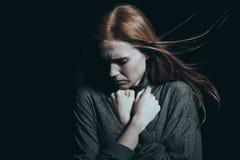 Mädchen, das intensiver Sorge glaubt lizenzfreie stockfotografie