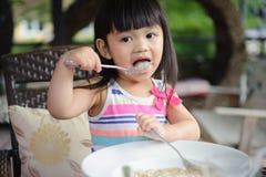 Mädchen, das Isolationsschlauch isst stockfoto