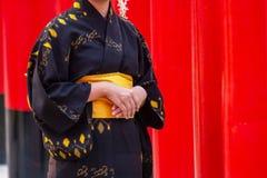 Mädchen, das Japan-Kultur-Kimono Fushimi trägt Stellung im religiösen Tempel-Wegweg stockfotos