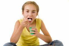 Mädchen, das Joghurt I isst Lizenzfreies Stockfoto
