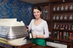Mädchen, das Kaffee mit Milch zubereitet Stockfotografie