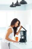 Mädchen, das Kaffee zum Frühstück macht und stockbilder