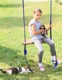 Mädchen, das Kaninchen auf Schwingen hält lizenzfreies stockbild