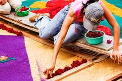 Mädchen, das Karwocheteppich, Antigua, Guatemala herstellt Stockfotografie